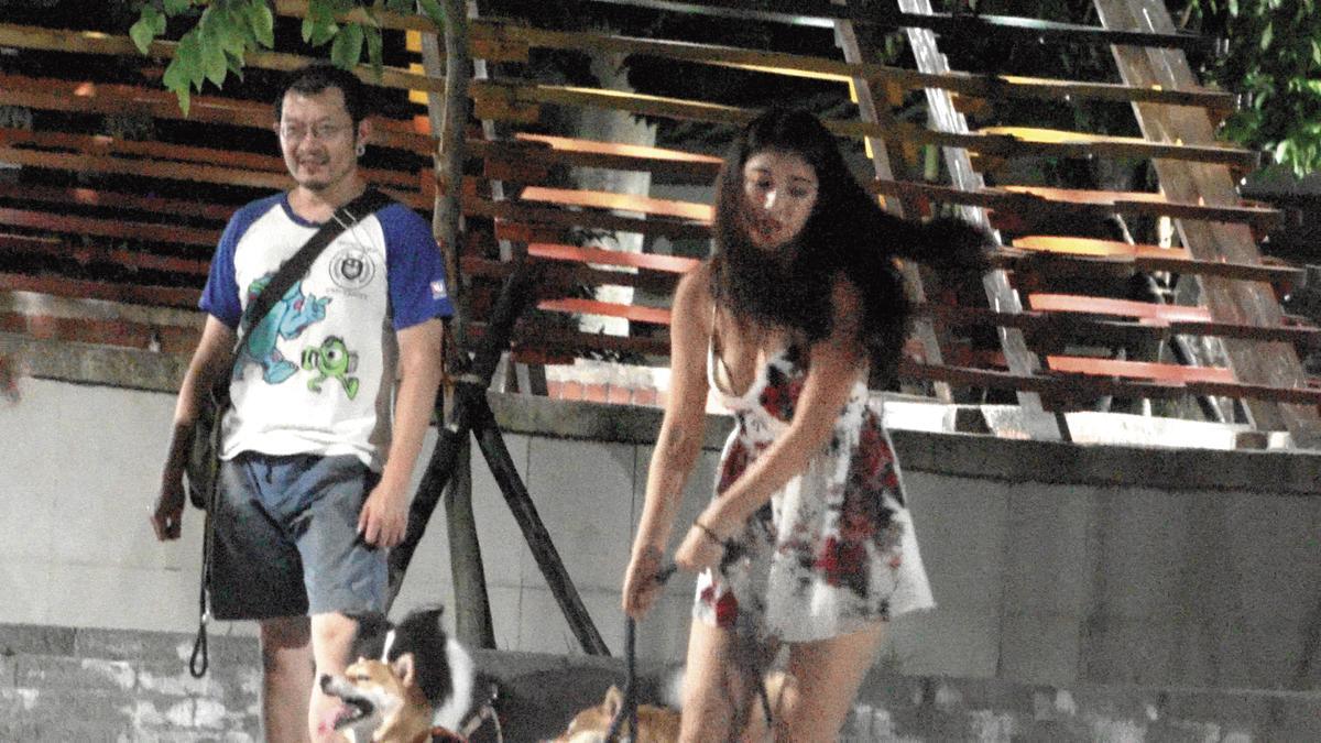 23:55 辜莞允與狗玩得太凶,意外讓胸墊露出。
