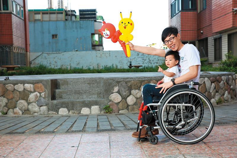 楊雲豪傷前生活糜爛,傷後重新審視生命,現在的美滿生活,可說是用很大的代價換得。懷裡的是和他同天生日、1歲多的兒子。