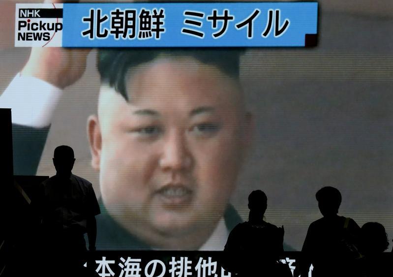 北韓這回讓飛彈飛越日本領空,原本頗為淡定的日本和南韓兩國,反應變得激烈。圖為上月東京民眾看著電視牆上有關北韓試射的消息。(東方IC)