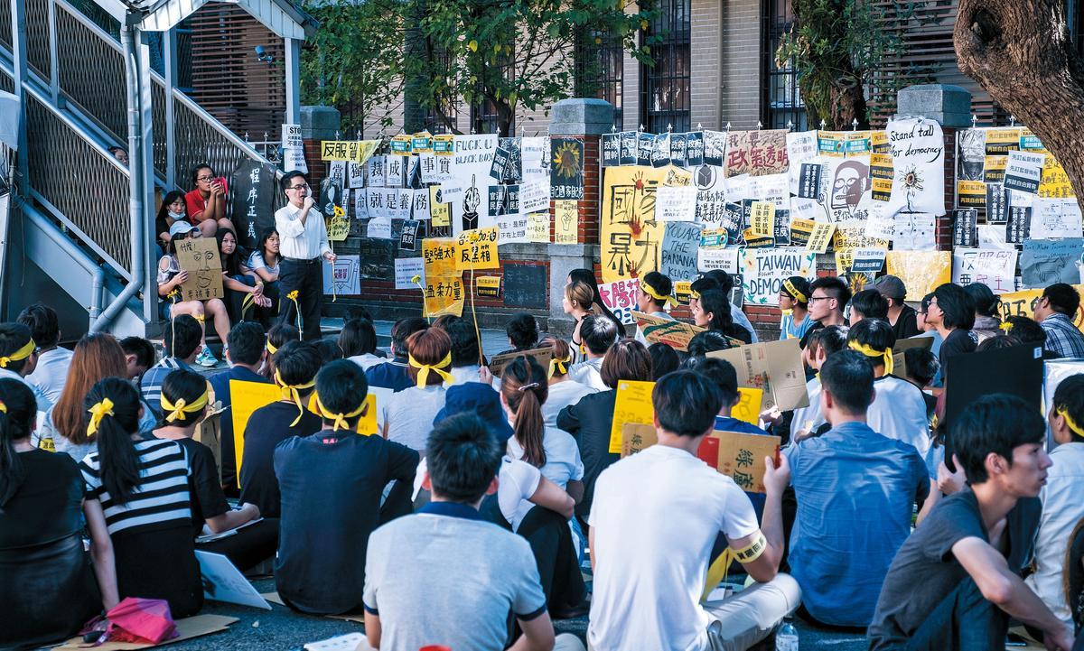 《他們在畢業前一天爆炸2》在台北市青島東路封街一天一夜拍攝,讓學運場面寫實逼真。