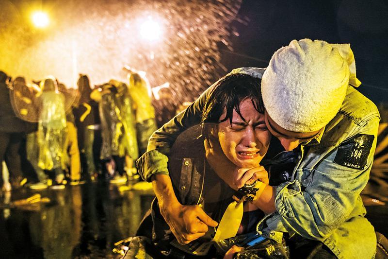 胡廣雯(左)飾演的陸生,面對戲中兩岸諸多議題有不少內心衝突戲。