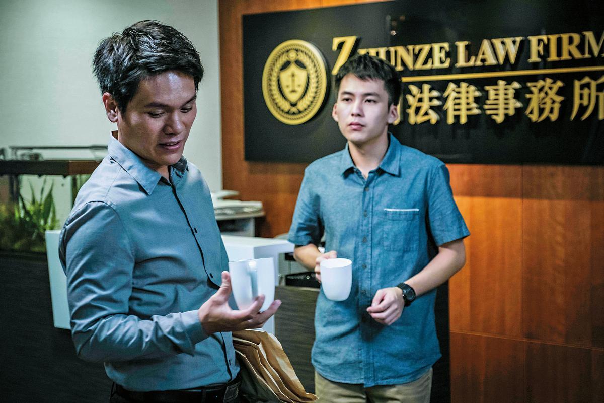 巫建和(右)飾演的法律系學生,在《爆炸2》中有著不少正義與衝突的辯證。左為舒米恩。