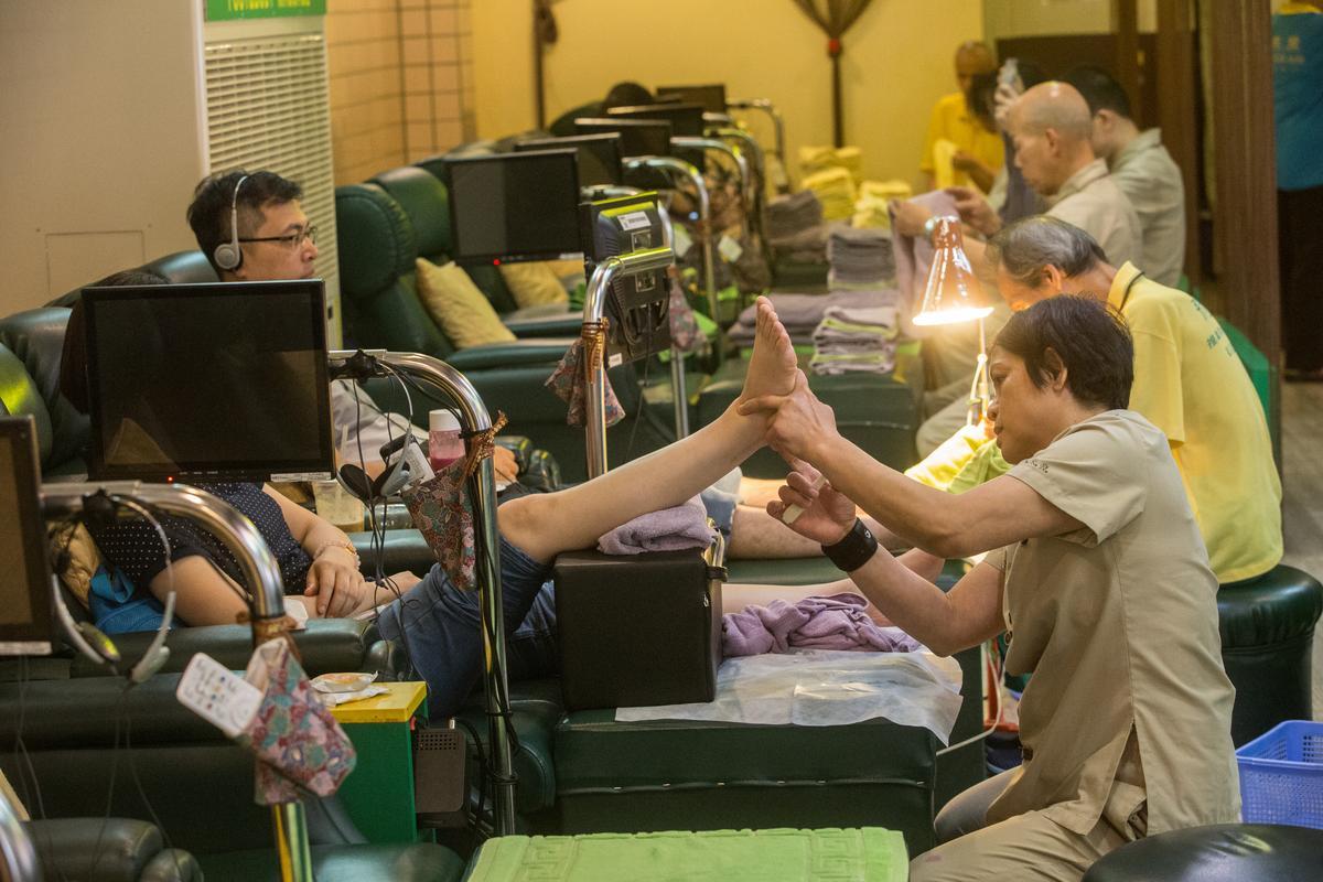 除了賣公益彩券,黃有忠也和朋友合作開按摩養生館。