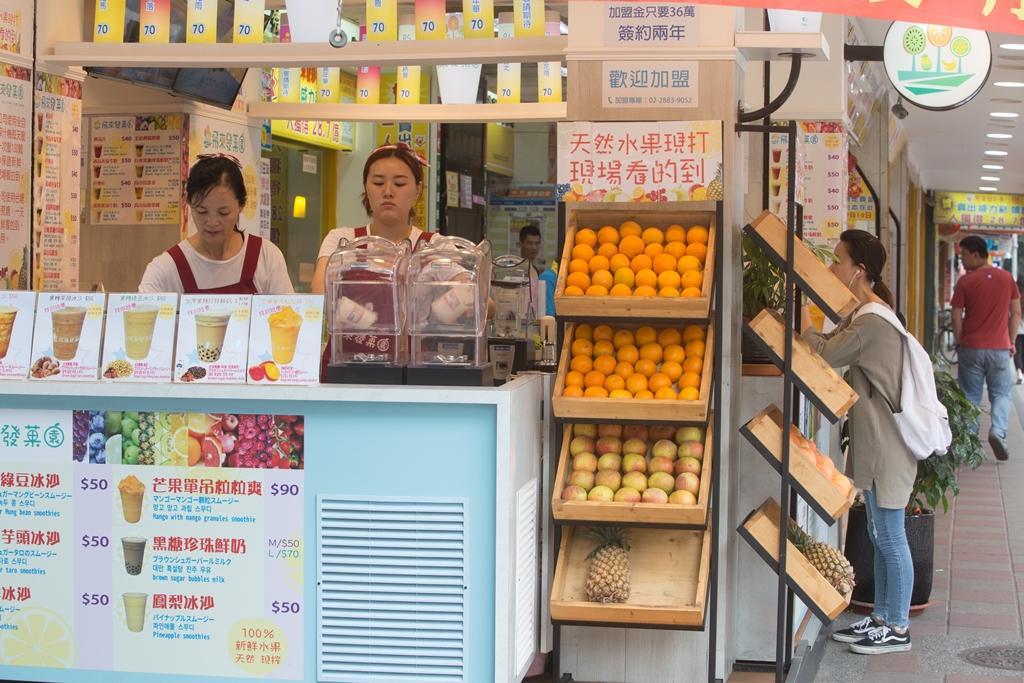 賣過多樣產品,黃有忠看好食安風暴後,消費者飲食習慣改變,他開賣現打果汁。