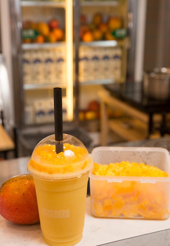 黃有忠店內銷售的芒果爽飲料,是2001年他到香港旅遊,在許留山用餐時調整而來。(90元/杯)