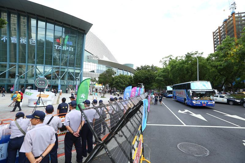 警方下午3時就已部署圍籬,嚴密控管出入。