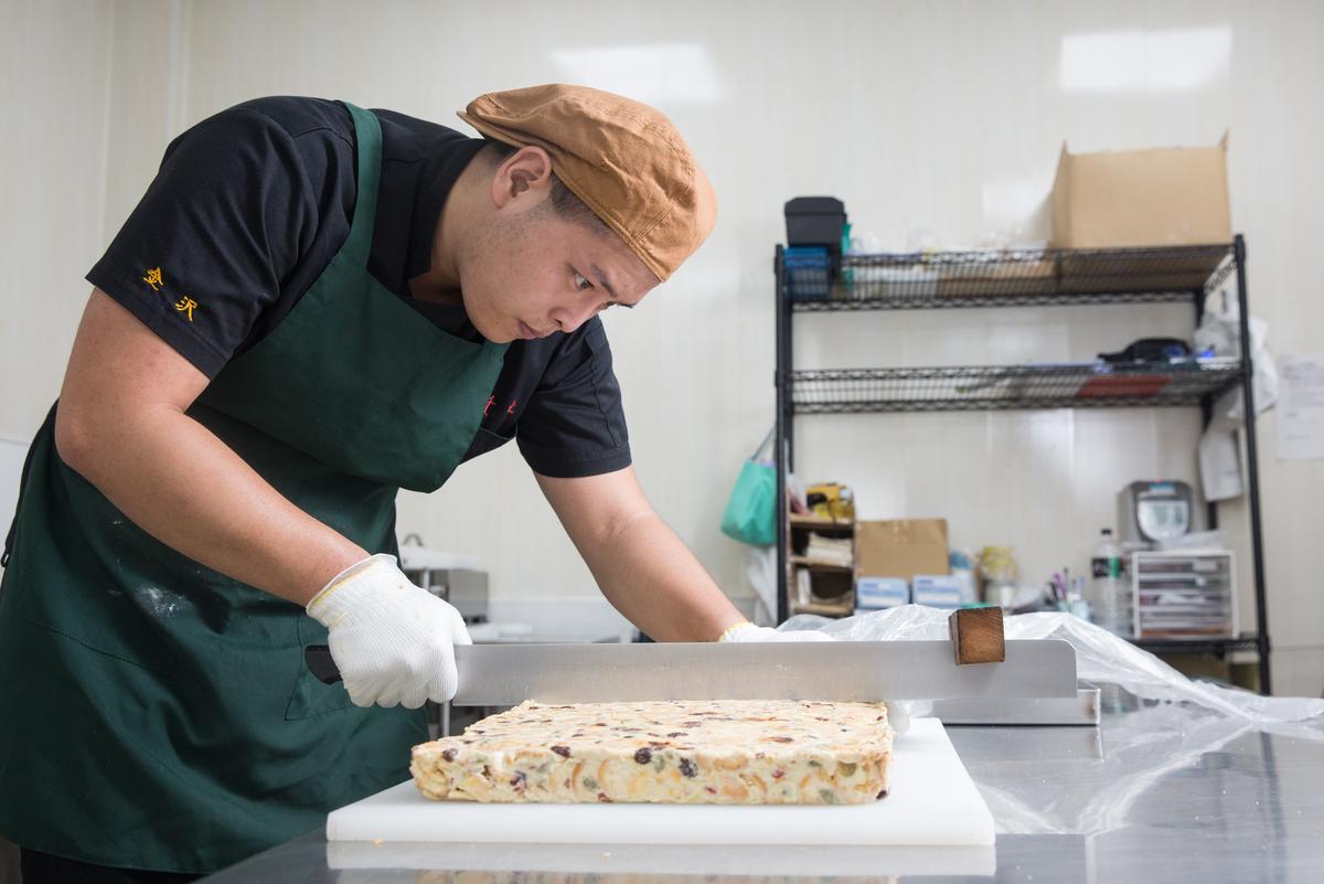 林勁勳研發出的Q餅,製作時需耗費不少體力,過程必需全程專注,任一細節都馬虎不得。