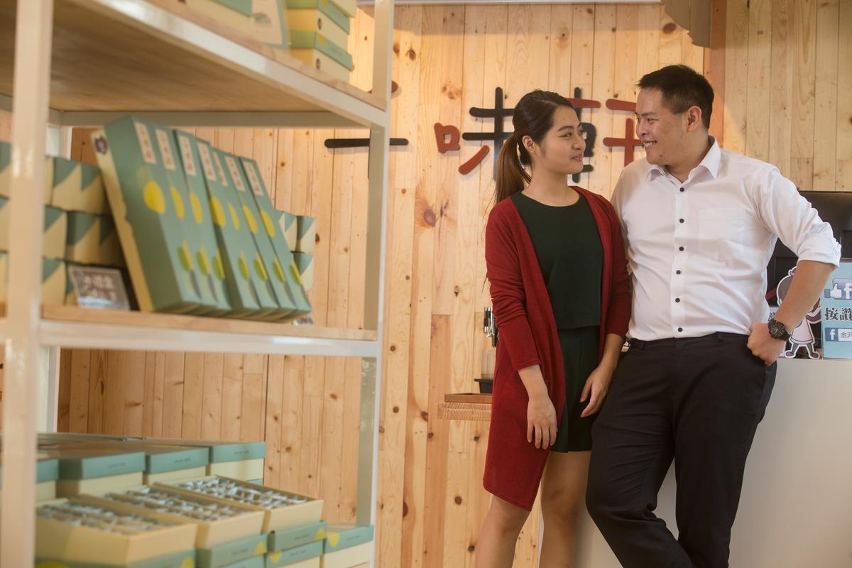 現在的林勁勳(右)致力口感、原料等研發工作,女友盧宜蓁(左)則負責設計商品包裝和行銷,兩人合作無間。