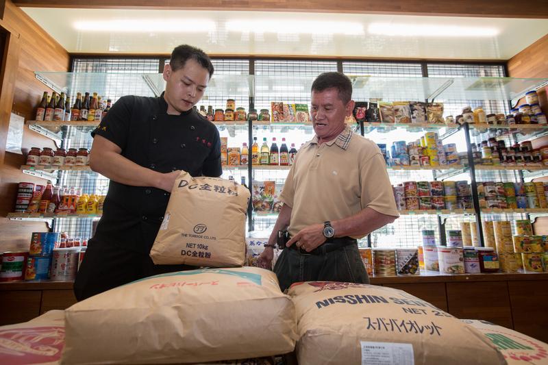 台南銘泉食品老闆盧禮泉(右)長期供應林勁勳(左)原物料,直說林對物料下重本不手軟,年輕創業不簡單。