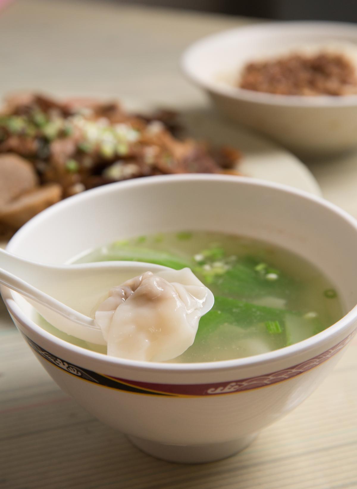 小碗餛飩湯僅20元,內餡實在,吃起來清爽不膩。