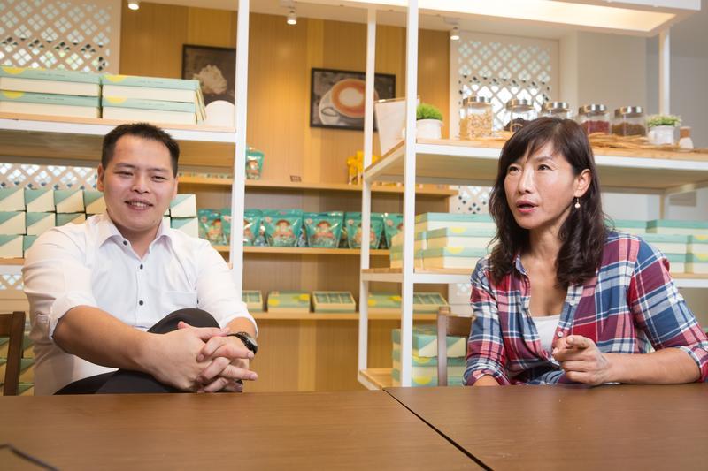 林勁勳(左)的母親黃秀芬(右),是台南名店佳湘麵包的創辦人,他對教小孩有套自己的方式,她認為讀書不一定要考高分,態度才是重點。