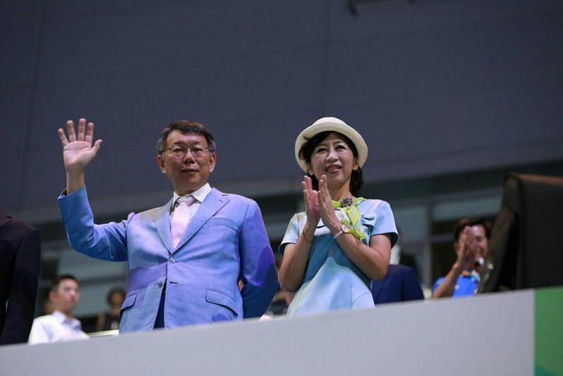 柯文哲穿著穿著天藍色西裝出席閉幕式,市長夫人陳佩琪也特別搭配一襲天藍色洋裝。