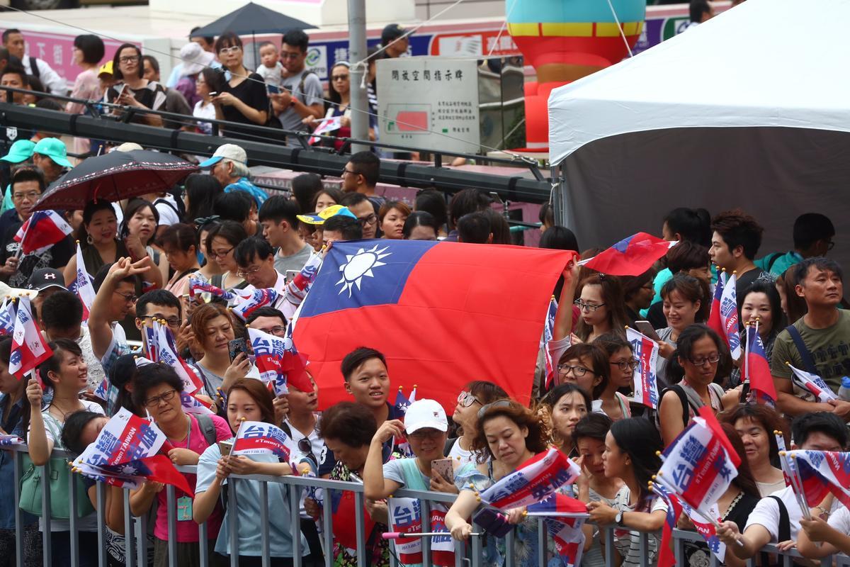夾道民眾更是不斷歡呼、揮舞國旗迎接奪牌英雄。