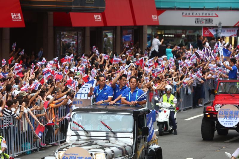 本屆世大運台灣選手拿下26金、34銀與30銅的好成績,今天下午選手們參加英雄大遊行。
