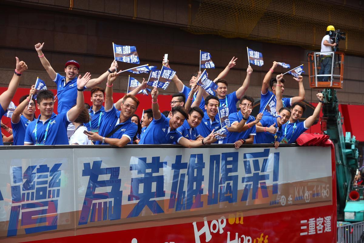 選手經過時,所有人揮舞國旗伴隨歡呼聲,現場氣氛非常澎湃激動。