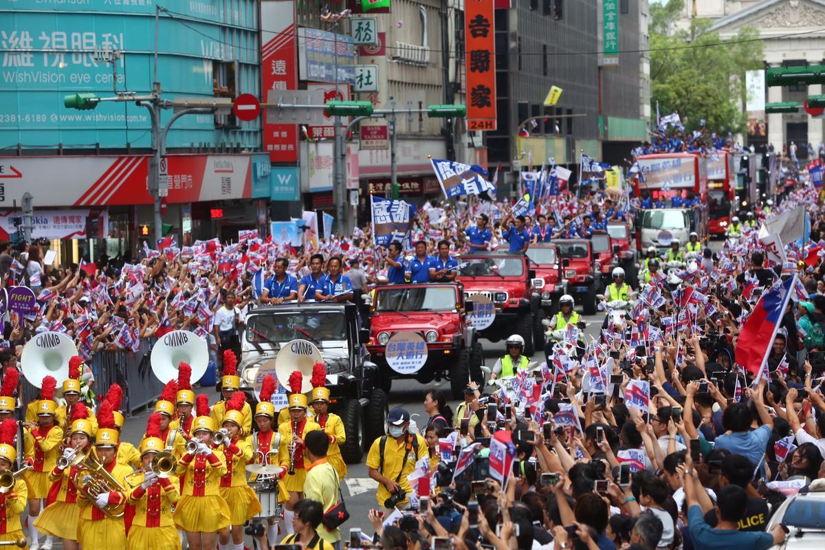 遊行沿途道路兩旁擠滿群眾,形成英雄谷。