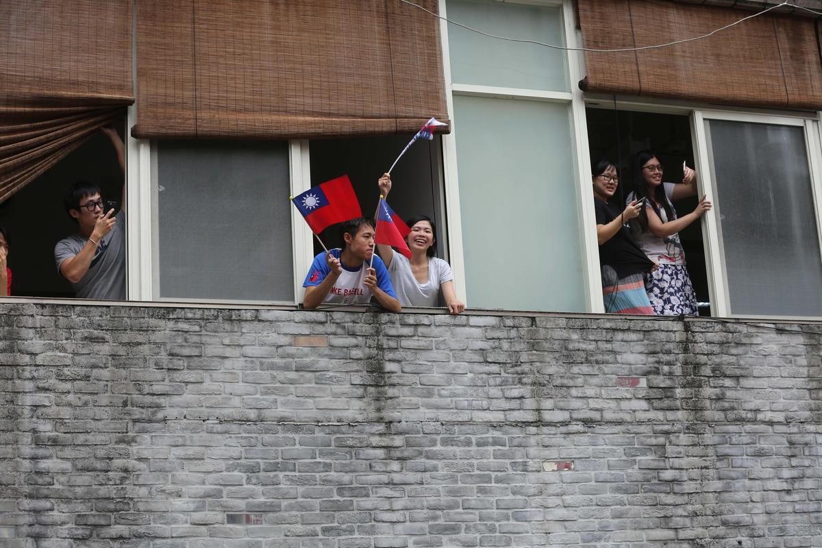 遊行行經東區,不少上班族直接在辦公室大樓或跑到馬路旁,搖旗吶喊。