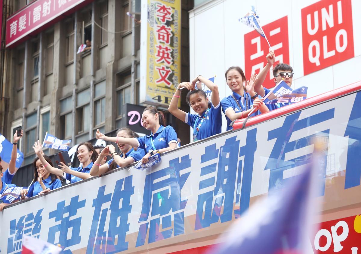 台灣遊街仿效美國職業球隊奪冠後的遊行,首度出動雙層觀光巴士。