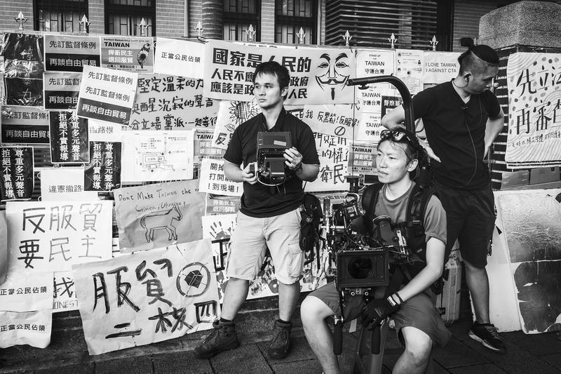 香港攝影師張宇翰(中)對於《爆炸2》中重現學運的戲印象最深刻。(公視提供)