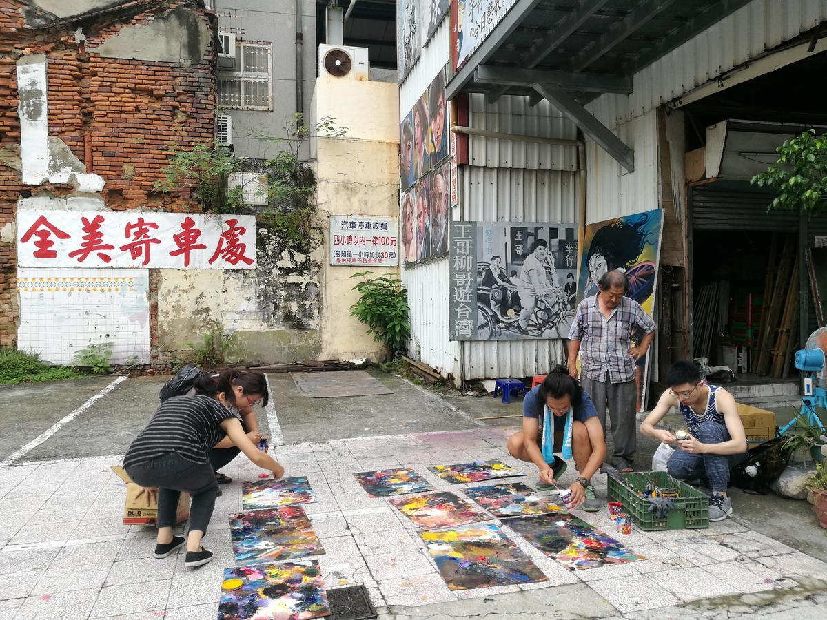 參加手繪看板研習營的同學們,在準備上課用的顏料。