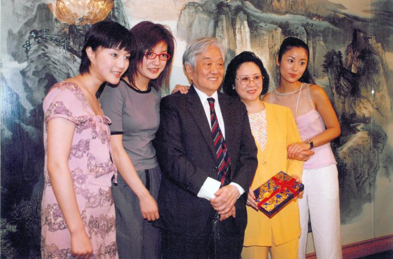 瓊瑤和平鑫濤共同完成了13部電影,25部連續劇,可以說沒有瓊瑤,華人影劇圈的風景將大大不同。圖為《還珠格格》的演員林心如(右一)、趙薇(左二)和范冰冰(左一)來台,與瓊瑤(右二)和平鑫濤(右三)合影於可園。