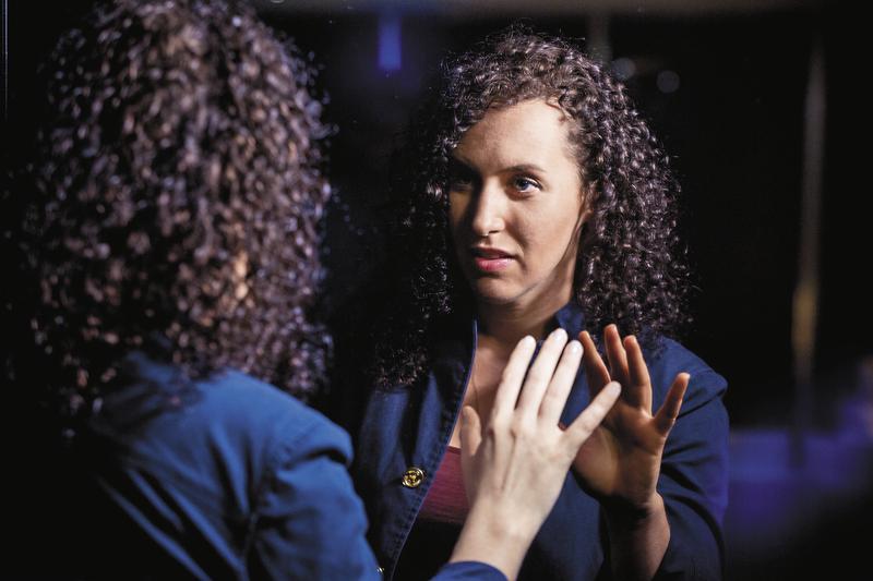 瑞秋史塔說,直視鏡子容易產生幻覺,房間內的鏡子必須斜放,避免直視,因此也很難化妝。