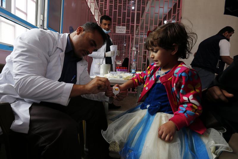 葉門醫師治療感染霍亂的小女童。葉門內戰頻仍,公共服務瓦解,導致疾病肆虐、飢荒不斷。(東方IC)