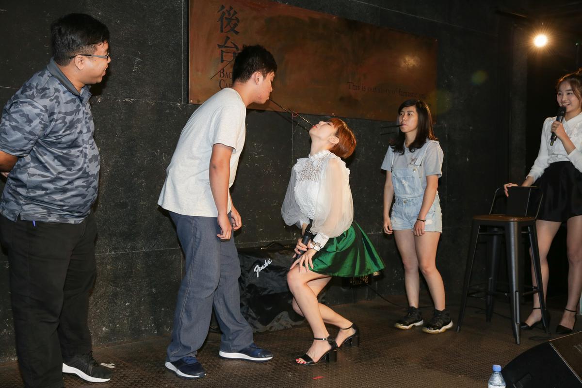伊梓帆與粉絲玩吸管傳橡皮筋遊戲,幸運兒才能站在她們兩側,超羨慕(左三為梓梓)。
