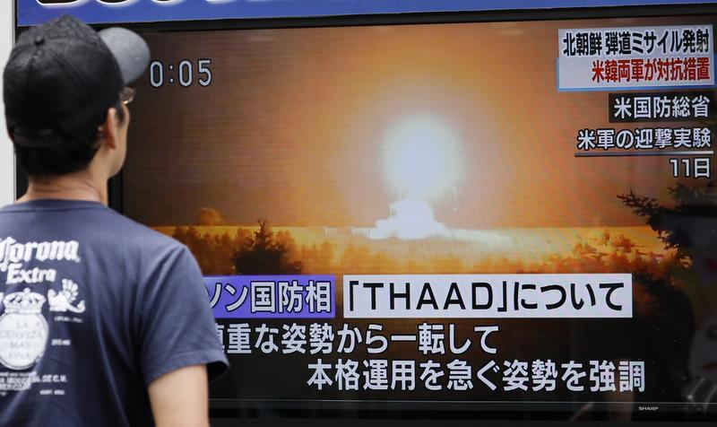 北韓3日中午疑似進行第六度核試爆,圖為7月29日平壤試射洲際飛彈,聲稱可攻擊美國全境,日本民眾關注電視台的插播報導。(東方IC)