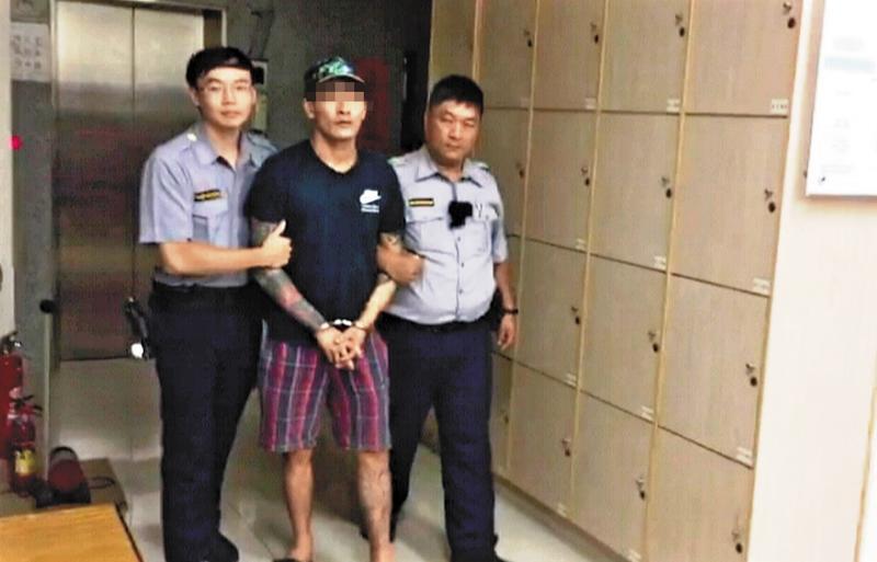 李男平時行徑張狂,甚至直播警方逮捕他的過程,真正進到警局卻乖得一聲也不敢吭。(翻攝畫面)