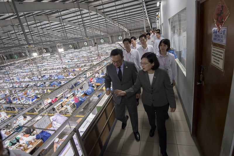今年1月,總統蔡英文(前排右)參訪如興尼加拉瓜廠,陳仕修(前排左)熱情介紹牛仔產業和市場生態。(總統府提供)