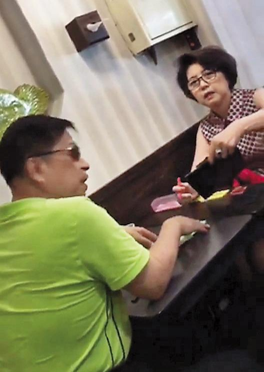 8月4日12:50,李朝永與獅奶奶在餐廳用餐,親切自然互動,獅奶奶外貌神似小周遊,不知情者,恐怕以為兩人是老夫老妻外出用餐。(讀者提供)