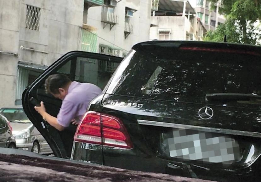 8月14日13:40,女方下車後,李朝永隨即從另一邊後座下車,再開車門坐進前座開車,這上上下下之間,令人不解,似乎更添神祕氣氛。(讀者提供)