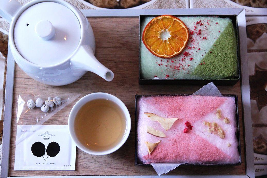 抹茶和梅干兩種口味,顏色各異,都配上果乾品嘗。(900日圓/份,約NT$252)。