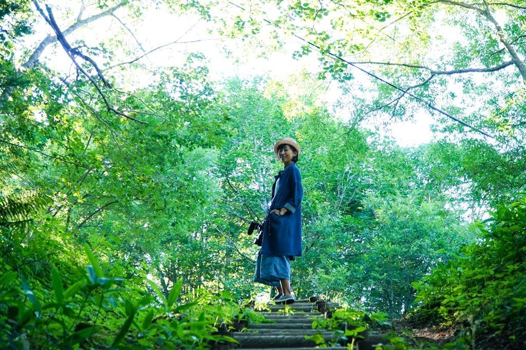 先穿越一小片森林,才能靠近阿寒川溪畔。
