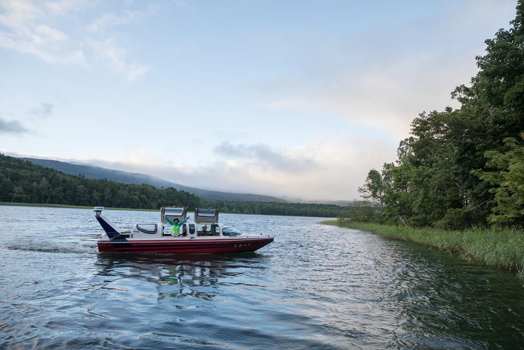 乘坐觀光汽船觀賞阿寒湖一週。