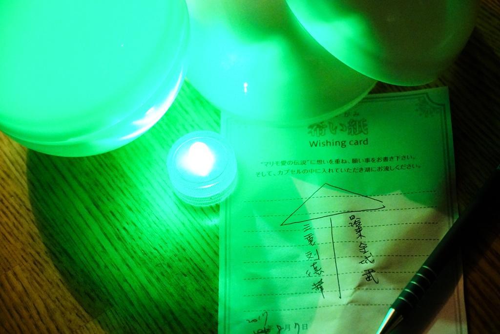 觀光客將寫下願望的紙條放入夏希燈內。