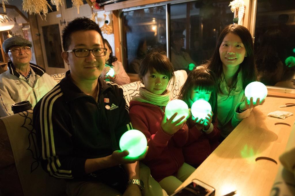 許多日本觀光客特別到阿寒湖體驗施放綠藻球的夏日浪漫。