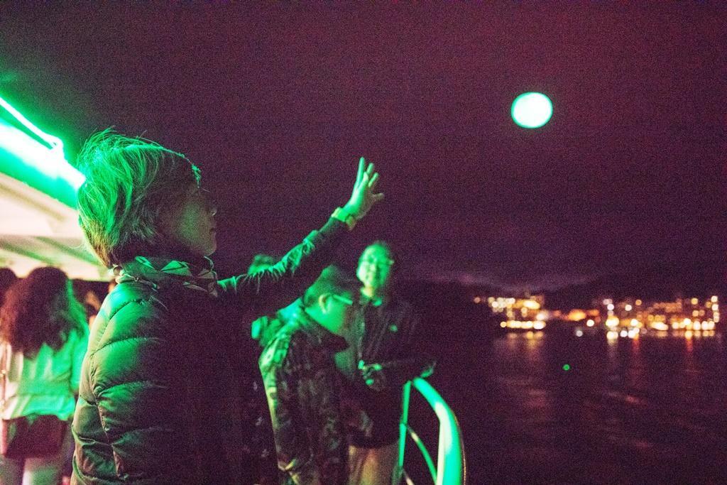 將夏希燈拋射在湖面中心的能量點。
