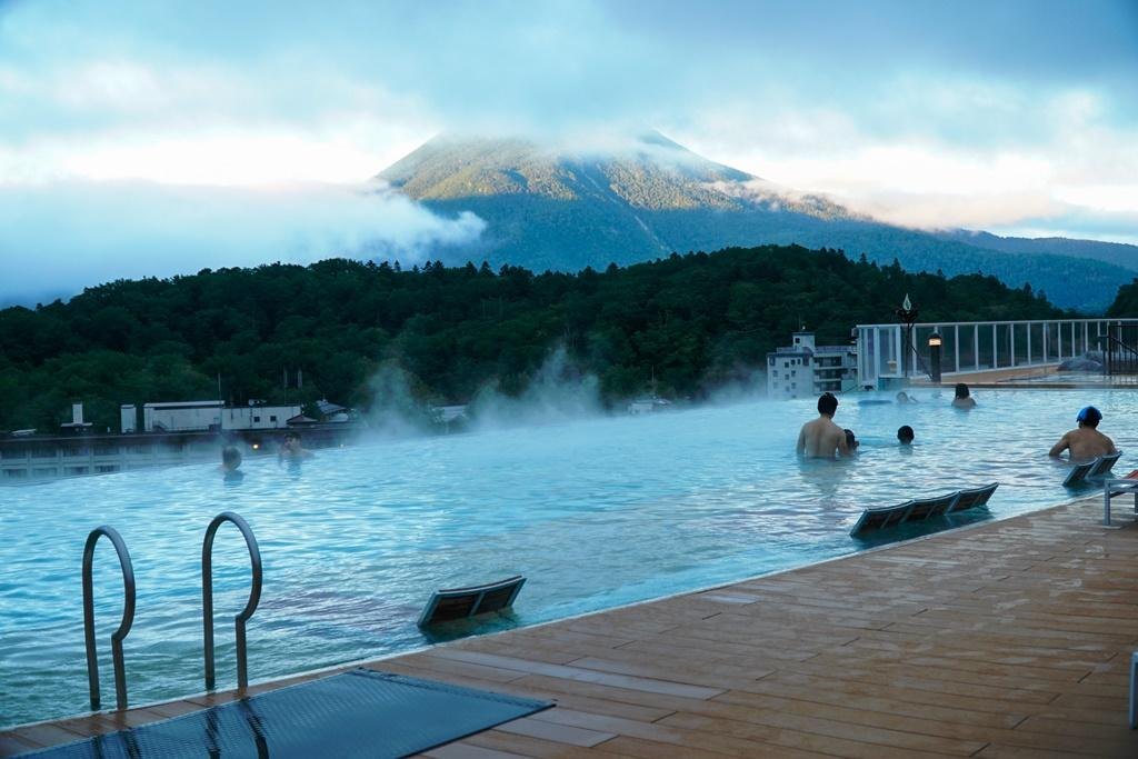 「新阿寒湖酒店」頂層是無邊際的露天溫水泳池。