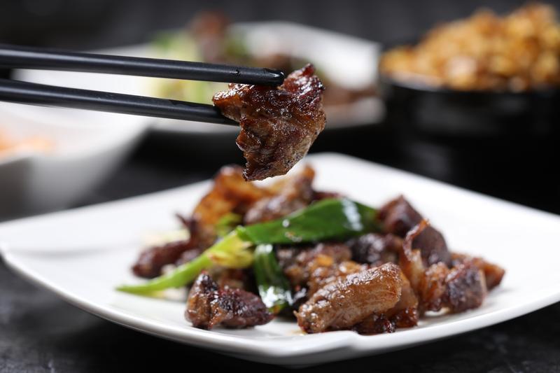 煎得醬色油亮的「蔥爆和牛筋」,搭配炒飯是「犇私廚」的老饕吃法。(套餐菜色2,980元/人)