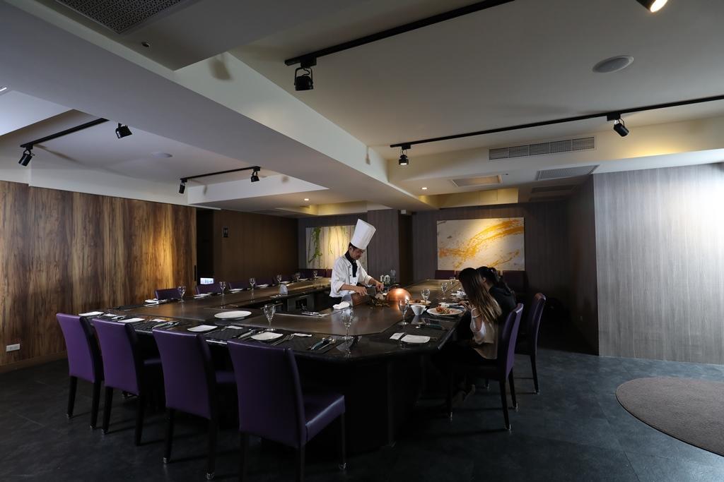 鐵板用餐區可坐20~22人,有獨立出入口,適合宴客包場。
