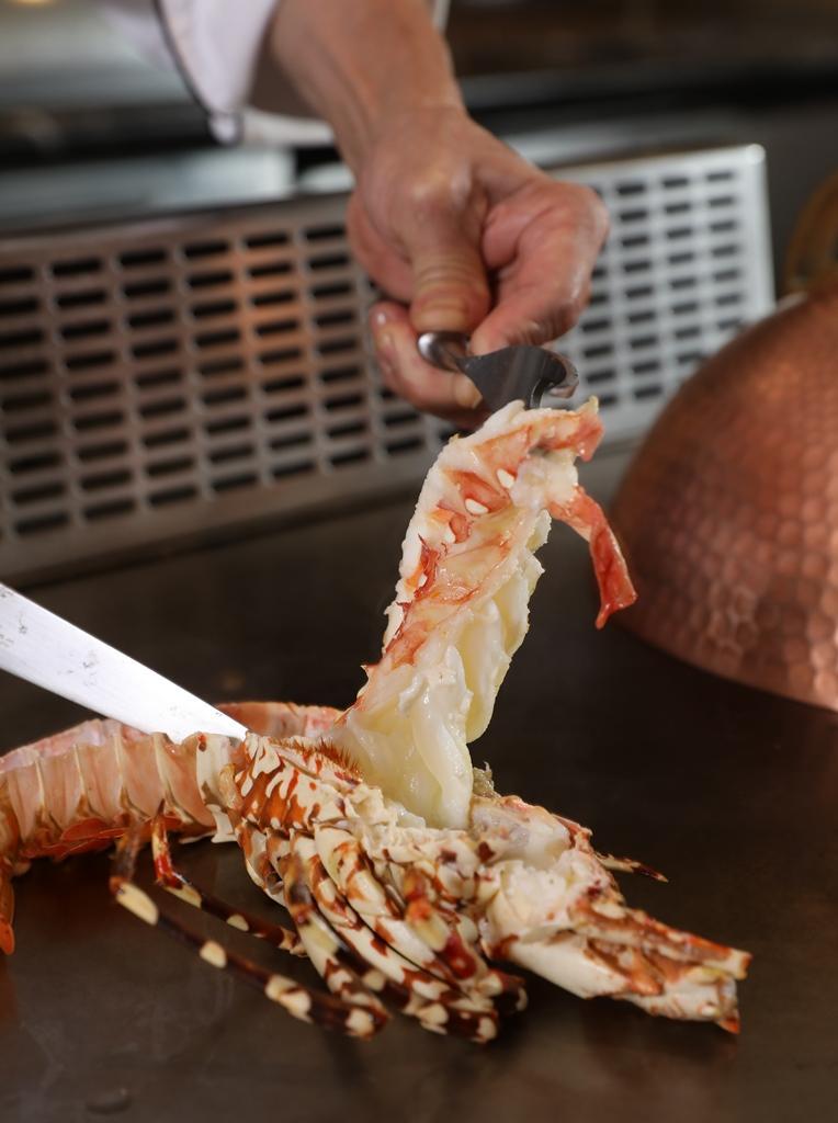 師傅在鐵板台上先將「伊勢活龍蝦」的肉與殼稍微分離,方便客人取用。(套餐菜色2,980元/人)