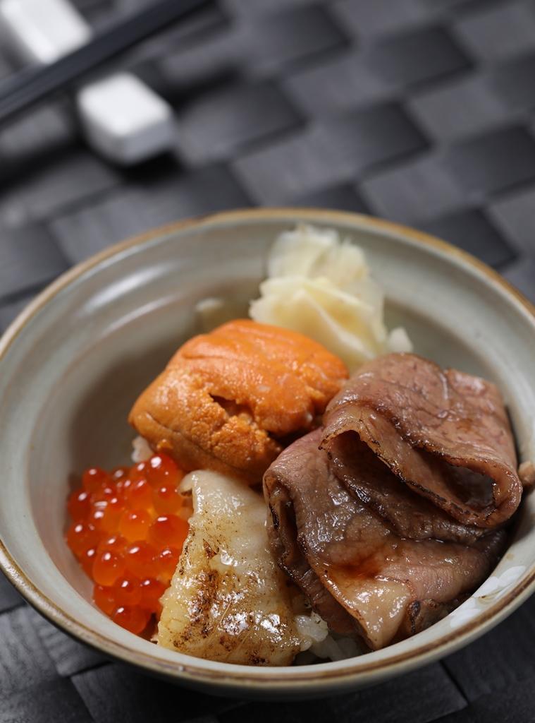 開胃菜「炙燒丼飯」盛滿海膽、美國極黑和牛、比目魚、鮭魚卵,以海陸雙味開胃。(套餐菜色2,980元/人)