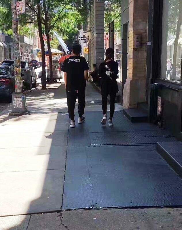 周杰倫被歌迷直擊與昆凌現身紐約,小倆口漫步街頭。