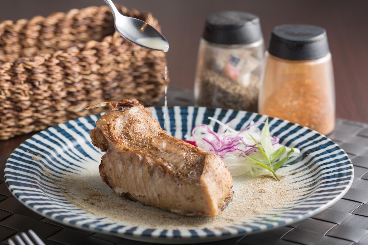 「遠洋黑鮪魚肚排」整塊帶皮蒸烤,肉感十足,大口吃超過癮。(580至680元/份)