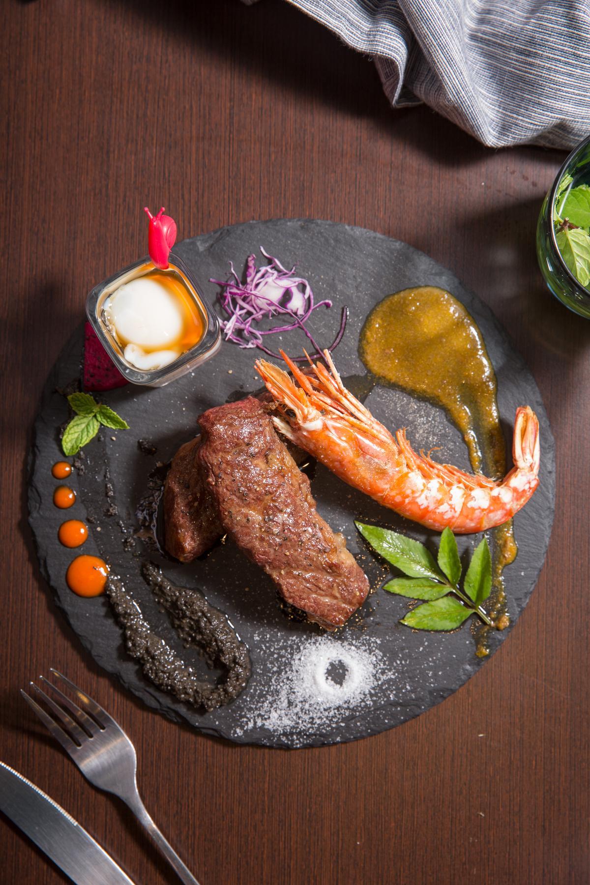 「黑松露美國無骨牛小排」搭配舒肥蛋與松露醬、南瓜咖哩醬,後者竟還加了鴕鳥肉。(950元/份)