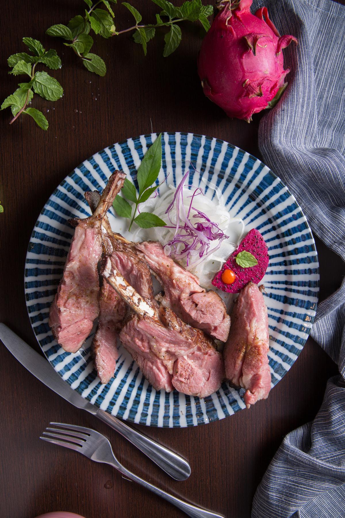 每日限3份的「舒肥羔羊排」肉質極嫩,原來是以攝氏58度調理5小時的成果。(750元/份)