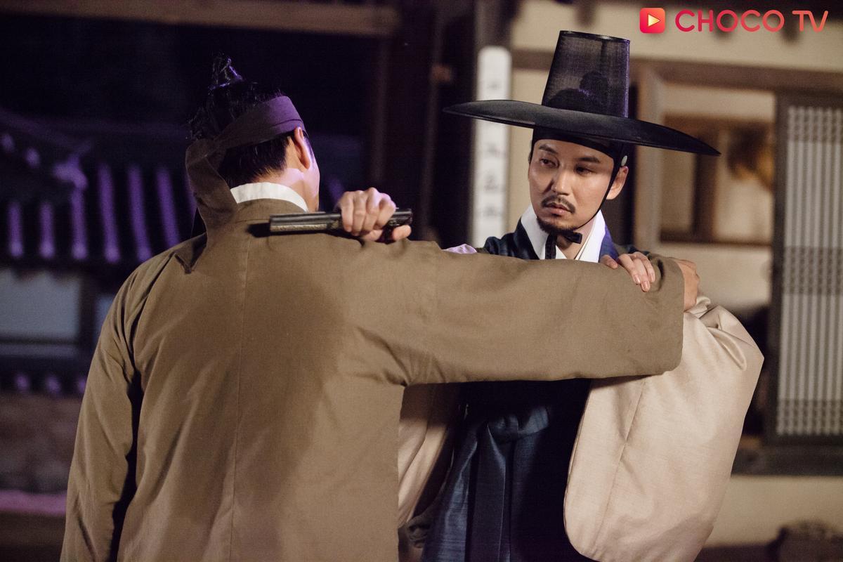 金南佶利用針灸筒以一擋五,這個針灸筒還有著神祕的身份。(CHOCO TV提供)