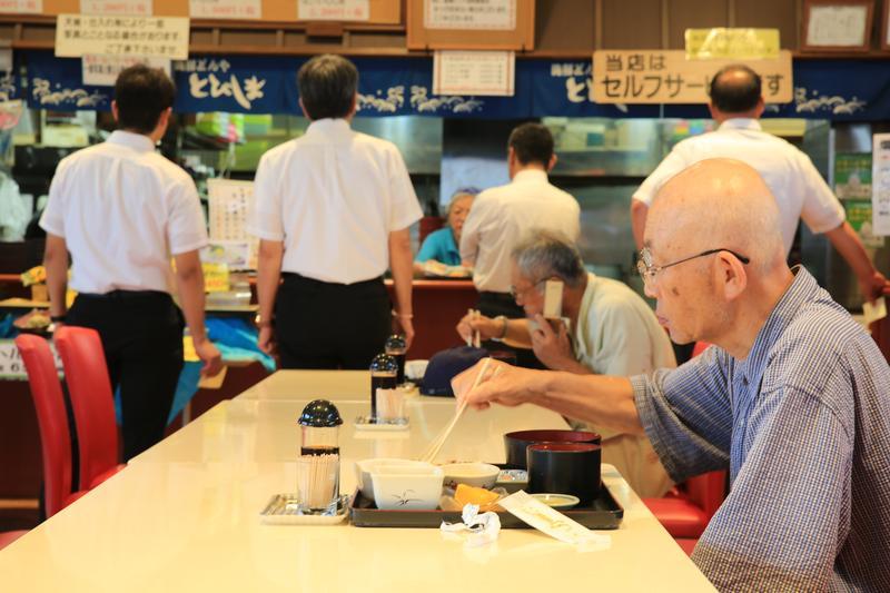 識貨的老饕,一大早就來魚市品味新鮮的海鮮丼。